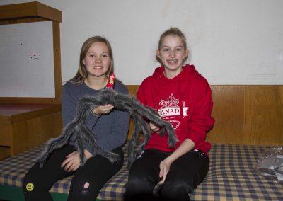 Karoline og Sarah flytter – men edderkoppen blive - Vesterlund Efterskole