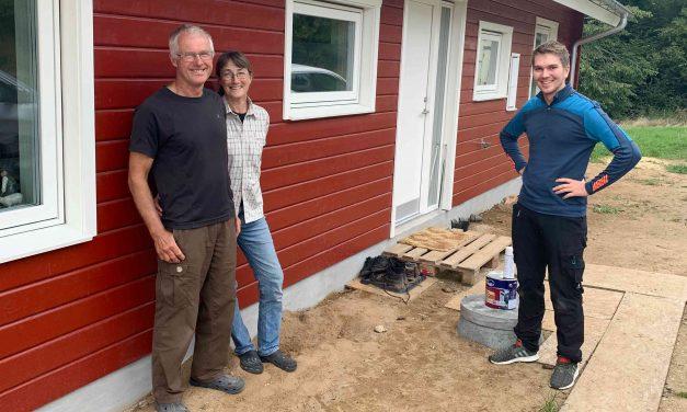 Eva og Erik byggede træhus tæt på skov og familien